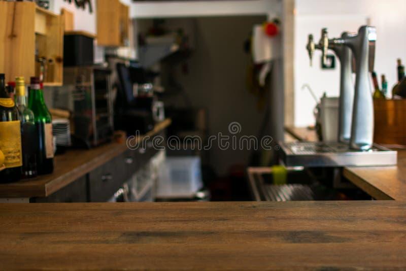 Drewniany stołowy wierzchołek odpierający z defocused tłem restauracja, bar lub bufet, obraz royalty free