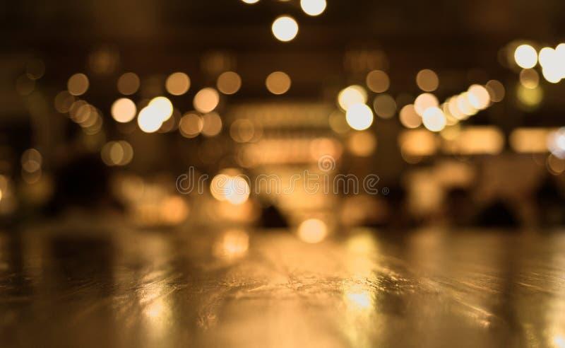 Drewniany stołowy wierzchołek z odbija na plamie oświetlenie w kawiarni, restauracja obraz royalty free