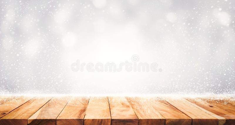 Drewniany stołowy wierzchołek z opadem śniegu zima sezonu tło Boże Narodzenia zdjęcie stock