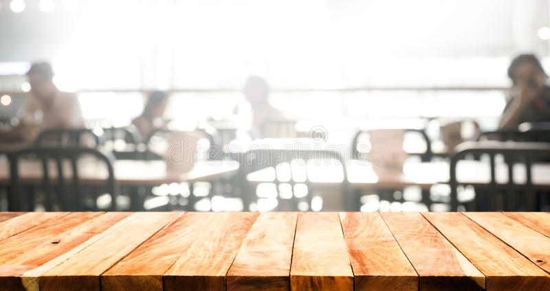 Drewniany stołowy wierzchołek z plamą ludzie w sklep z kawą zdjęcia royalty free