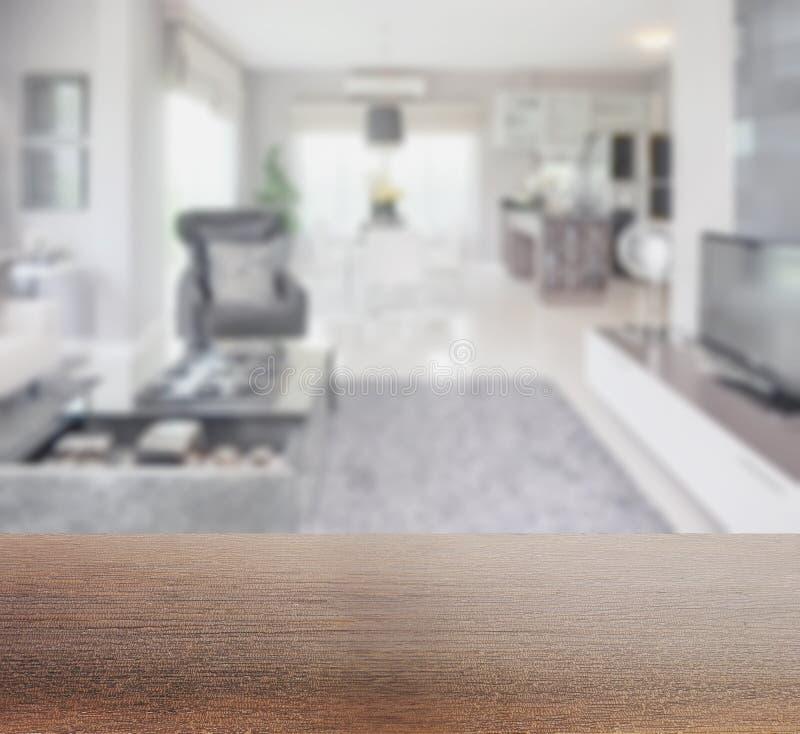 Drewniany stołowy wierzchołek z plamą nowożytny żywy izbowy wnętrze zdjęcie stock