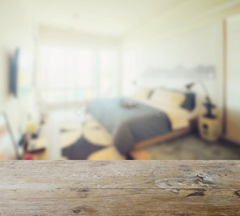 Drewniany stołowy wierzchołek z plamą nowożytny sypialni wnętrze obraz stock
