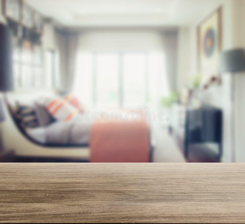 Drewniany stołowy wierzchołek z plamą nowożytny sypialni wnętrze zdjęcia stock