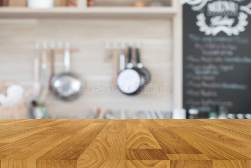 Drewniany stołowy wierzchołek z plamy kuchni tłem fotografia stock