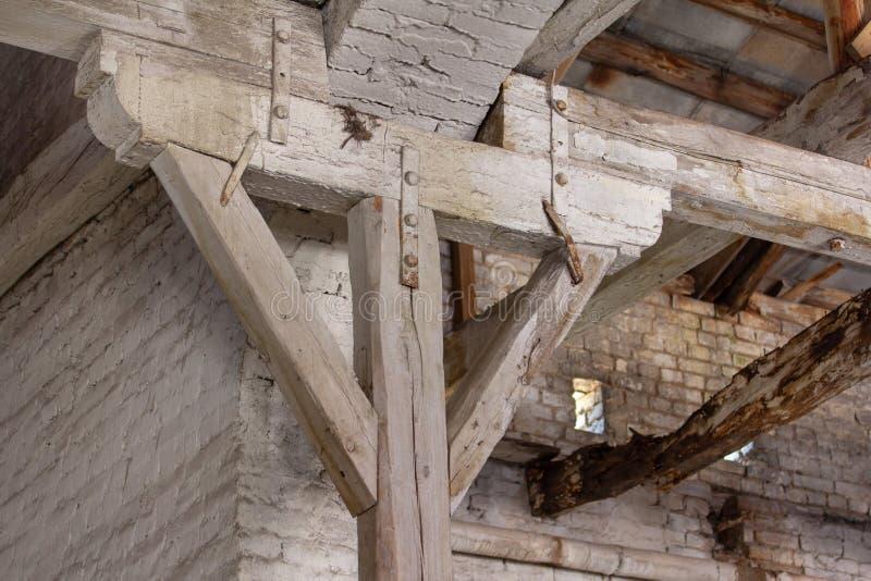 Drewniany stojak pod cegła łukiem fotografia royalty free