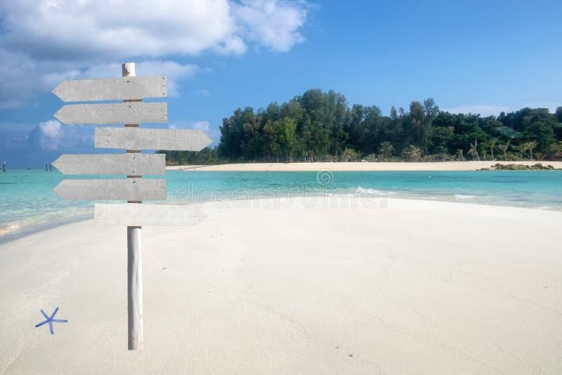 Drewniany strzała signboard na pięknym tropikalnym morzu obraz stock