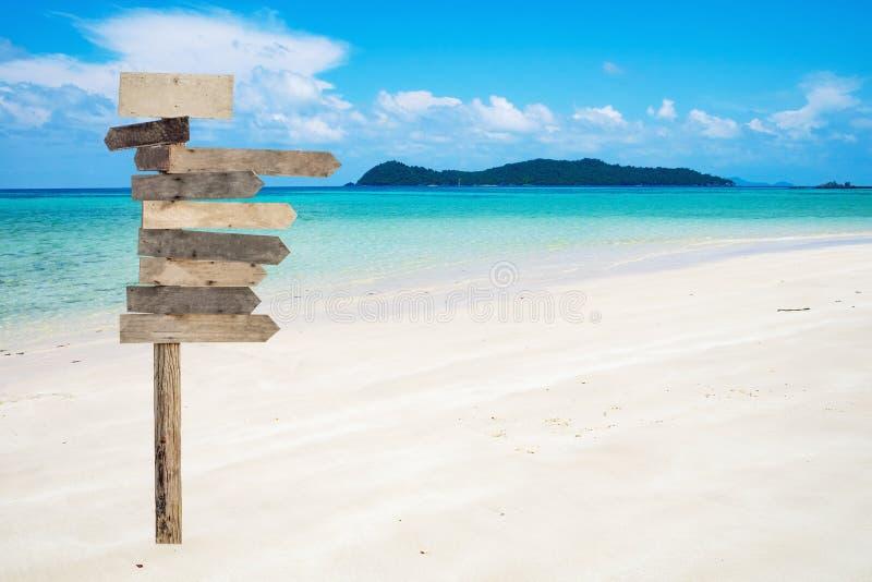 Drewniany strzała signboard na pięknym tropikalnym morzu obraz royalty free