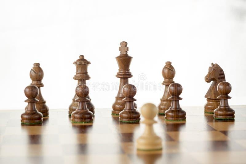 Drewniany szachy set, biały pionek naprzeciw czarnej wróg drużyny na pokładzie obrazy stock