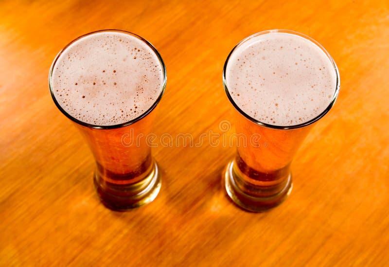 drewniany szkło piwny stół dwa fotografia stock