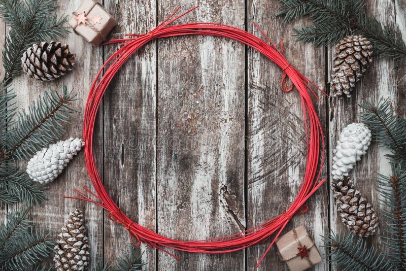 drewniany tła Jodeł gałąź, rożki Przestrzeń dla Santa ` s wakacji w czerwonym okręgu i wiadomości dryndula zdjęcia stock