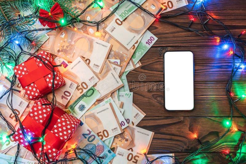 Drewniany tło, banknoty, prezenty, jedlinowe gałąź, Bożenarodzeniowa atmosfera Odgórny widok Wiadomości przestrzeń w telefonie ka zdjęcia stock