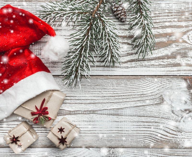 Drewniany tło biały Zimy karta Jego Santa ` s kapelusz dryndula Jedlinowy drzewo elegancki Przestrzeń dla kartka z pozdrowieniami zdjęcia royalty free