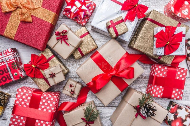 Drewniany tło Bożenarodzeniowy kartka z pozdrowieniami Xmas, nowy rok i boże narodzenia, Wiele prezenty dla zima wakacji i inne o obrazy royalty free
