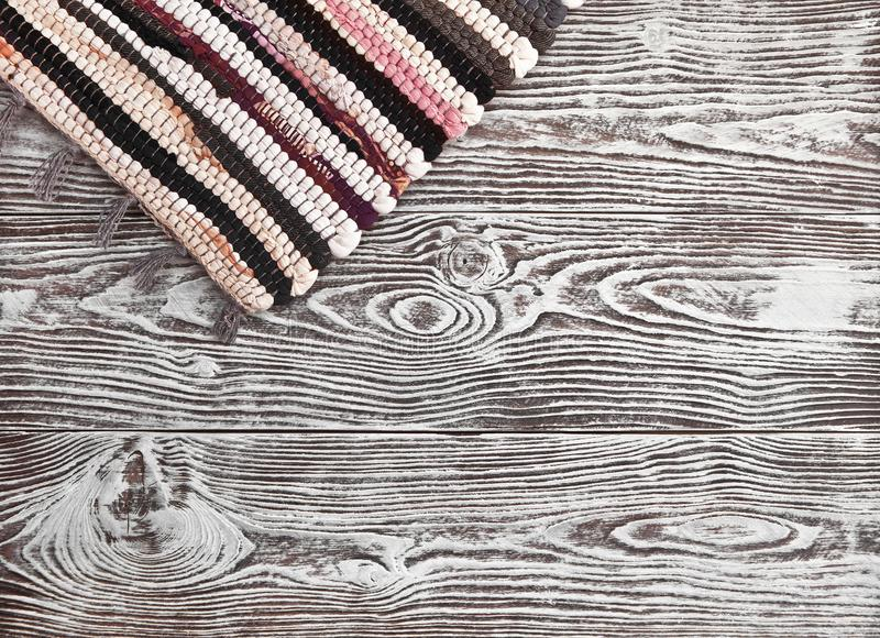 Drewniany tło z białym narzutu i wieśniaka dywanikiem zdjęcia royalty free