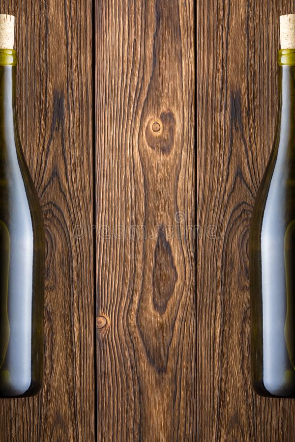 Drewniany tło z dwa butelkami wino obrazy royalty free