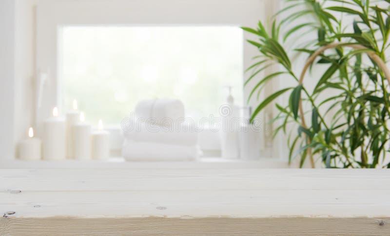 Drewniany tabletop z kopii przestrzenią nad zamazanym zdroju okno tłem obrazy stock