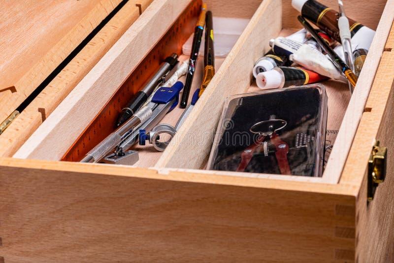 Drewniany toolbox pełno artit narzędzia fotografia stock