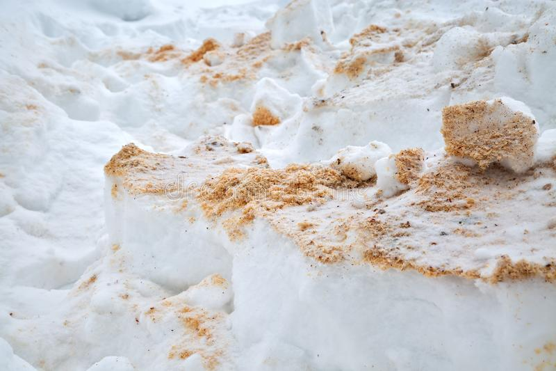 Drewniany trociny pod śniegiem Segregowania w snowdrift Zimy tekstury zbliżenie chochoł zdjęcie royalty free