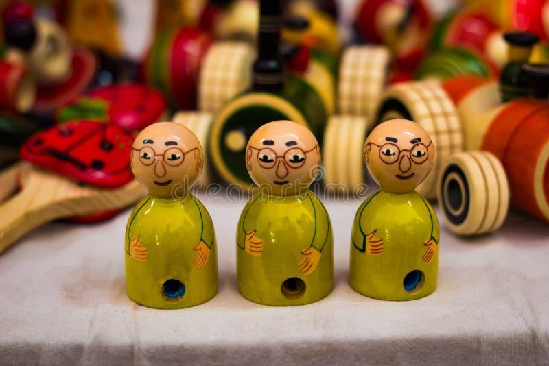 Drewniany trzy kolor żółty ubierał łysą lalę z widowiskami Gandhi model obrazy stock