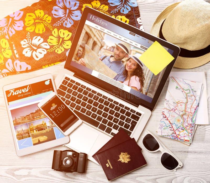 Drewniany turysty biurko w wysokiej definici z laptopem, pastylką i m, obrazy royalty free