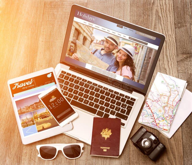 Drewniany turysty biurko w wysokiej definici z laptopem, pastylką i m, zdjęcia royalty free