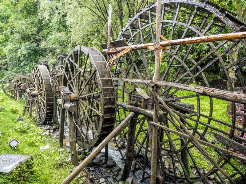 Drewniany Watermill przy ogródem Żółta smok jama: Cud światowy ` s zawala się przy Zhangjiajie, prowincja hunan, Chiny obraz royalty free
