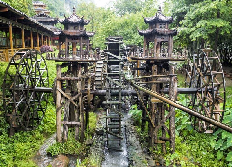 Drewniany Watermill przy ogródem Żółta smok jama: Cud światowy ` s zawala się przy Zhangjiajie, prowincja hunan, Chiny obrazy royalty free