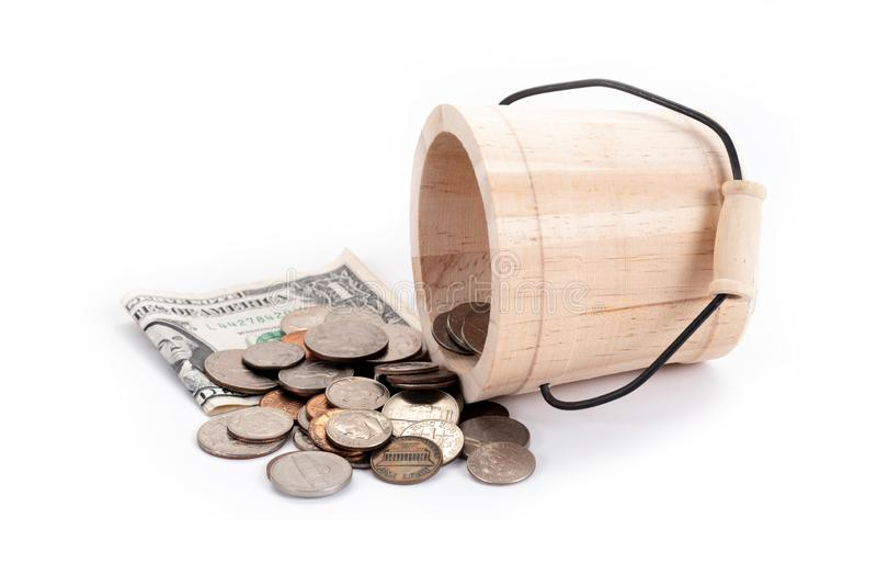 Drewniany wiadro i pieniądze, USA dolarów banknoty, cent, nikiel, grosz, ćwiartka na białym tle Czas inwestować, czas wartość dla zdjęcia stock