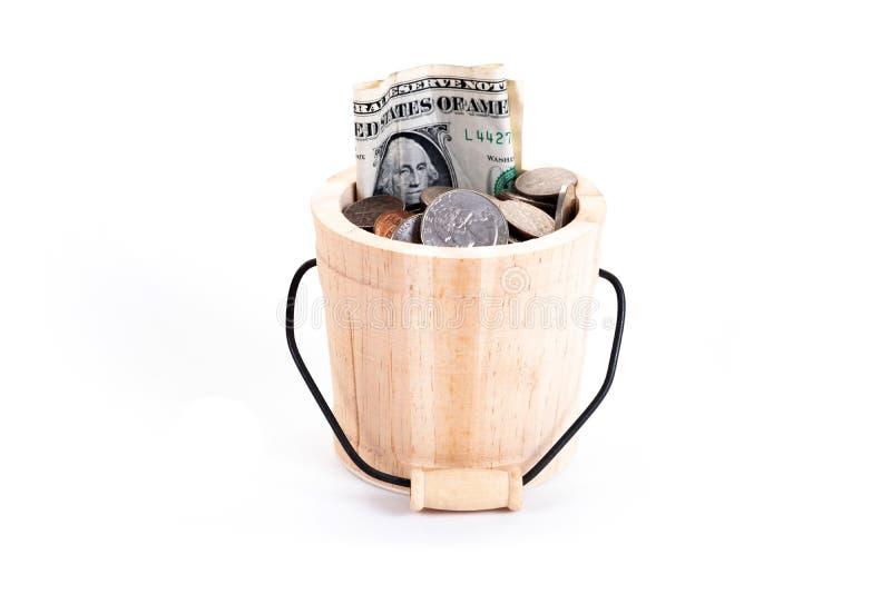 Drewniany wiadro i pieniądze, USA dolarów banknoty, cent, nikiel, grosz, ćwiartka na białym tle Czas inwestować, czas wartość dla fotografia royalty free
