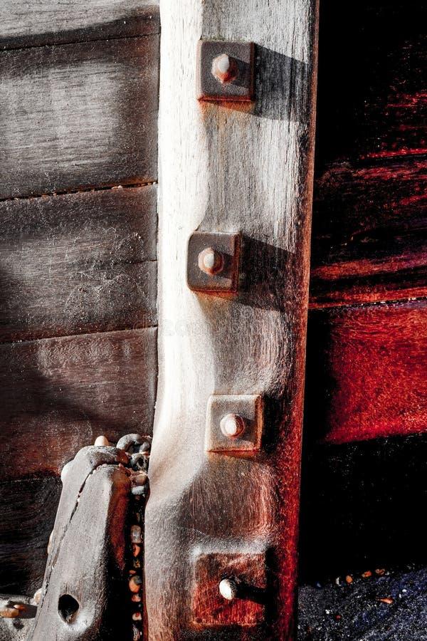 Drewniany, wietrzejący groyne, i denni metali rygle, gnarled deski zdjęcie royalty free