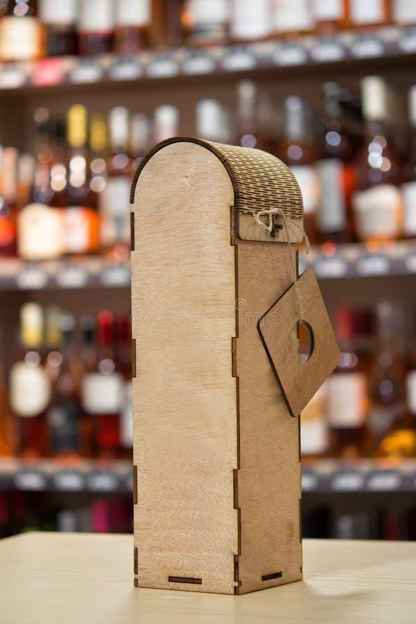Drewniany wina pudełko Oryginalny handmade prezent dla wino butelki na stole obrazy stock