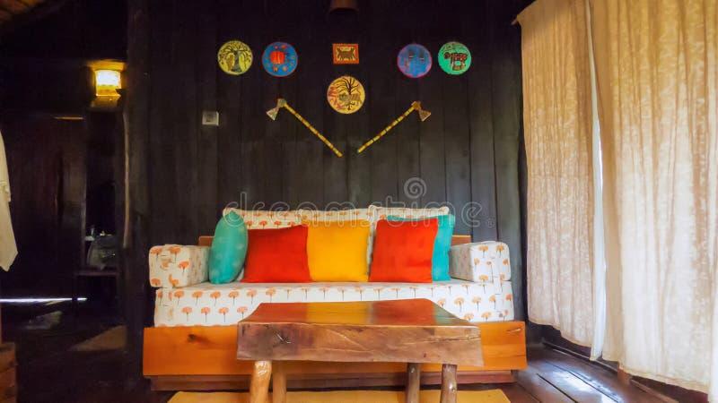 Drewniany wnętrze drzewny dom z plemienną sztuką dekoracyjną na ścianie fotografia royalty free