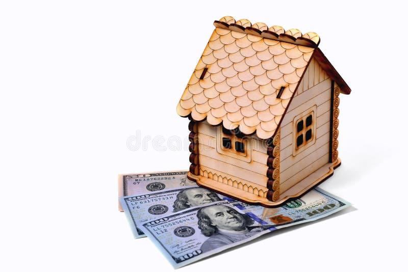 Drewniany zabawka dom, 2 banknotu 100 dolarów 1 banknot 50 dolarów fotografia royalty free