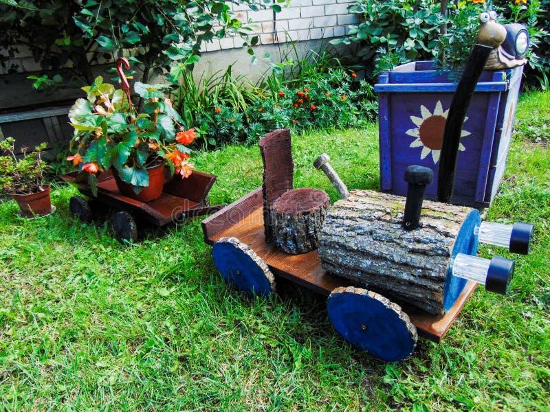 Drewniany zabawkarski ciągnik obraz royalty free
