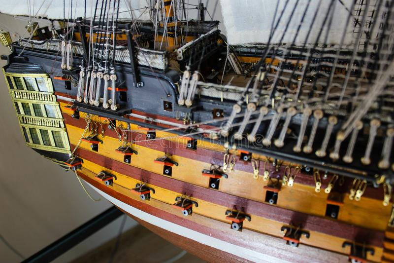 Drewniany zabawkarski poborcy statek zmniejszający w rozmiarze obrazy royalty free