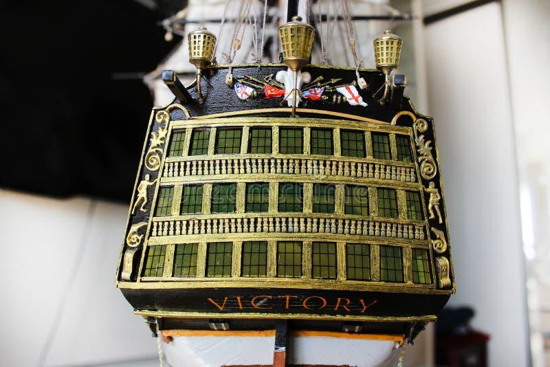 Drewniany zabawkarski poborcy statek zmniejszający w rozmiarze obraz royalty free