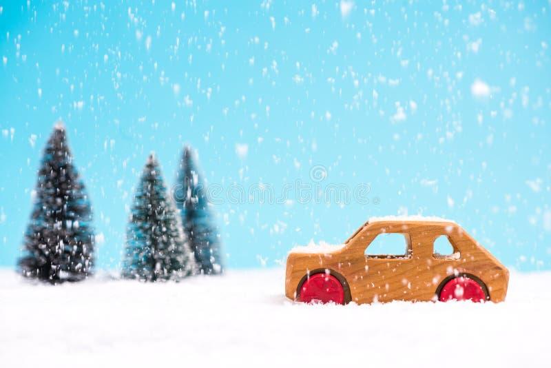 Drewniany zabawkarski samochód w śnieżnym cud ziemi lesie obrazy royalty free