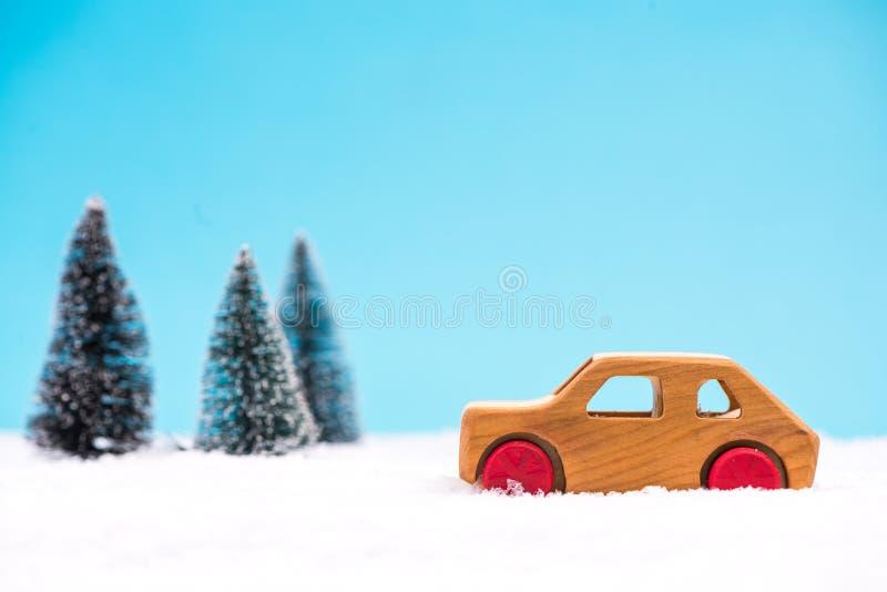 Drewniany zabawkarski samochód w śnieżnym cud ziemi lesie zdjęcie stock