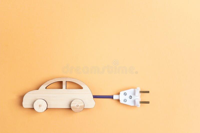 Drewniany zabawkarski samochód z elektrycznego kabla prymką jako elektrycznego samochodu sym zdjęcie royalty free