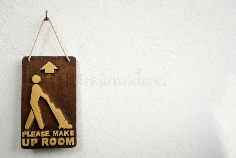 Drewniany zadawala uzupełniał pokoju znaka na betonowej ścianie fotografia royalty free