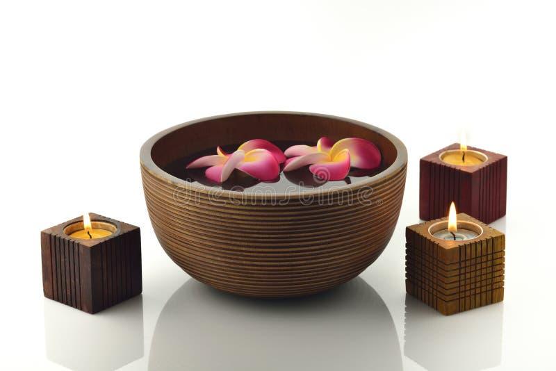 Drewniany zdroju puchar Z świeczkami i kwiatami obrazy stock