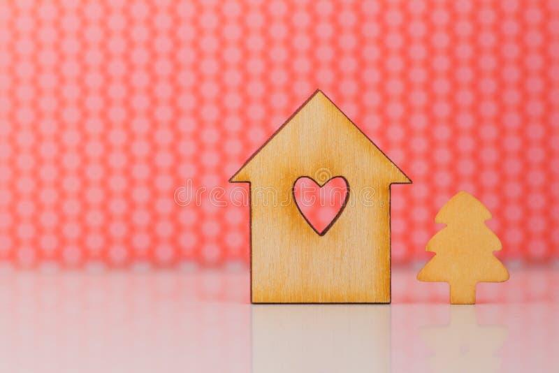 Drewniany znak dom z dziurą w formie kierowy i mały Chris obrazy royalty free