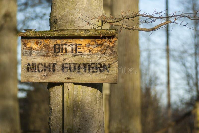 Drewniany znak z inskrypcją zadawala no karmi wewnątrz zwierzęcego spaceru, Holzschild mit Aufschrift Bitte nicht fà ¼ ttern im T obrazy stock