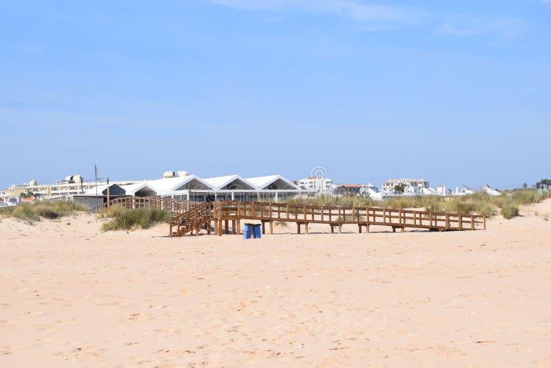 Drewniany zwyczajny most plaża obraz stock
