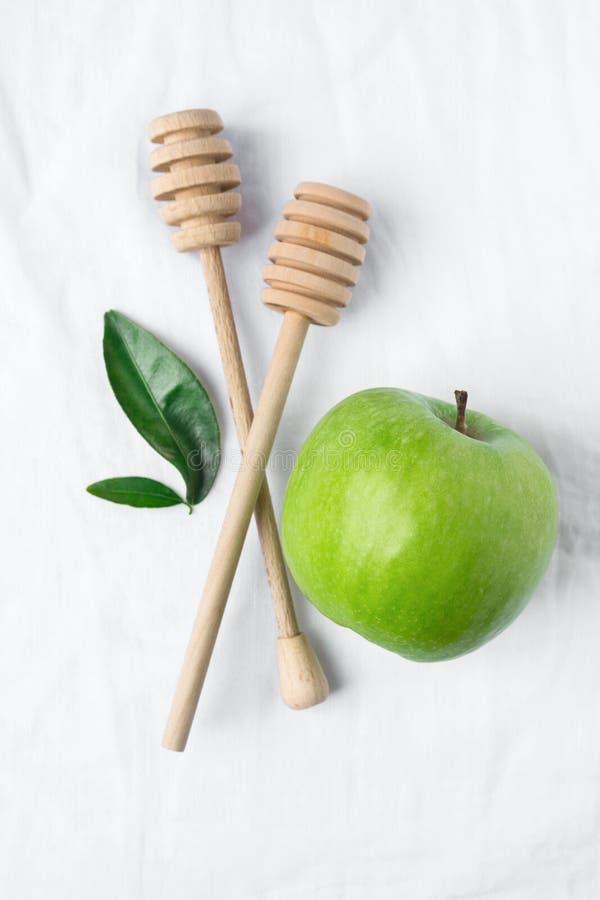 Drewnianych Miodowych chochel Apple Dojrzali Zieleni liście na Białym Bawełnianym Bieliźnianym tkaniny tle Organicznie kosmetyków obraz stock