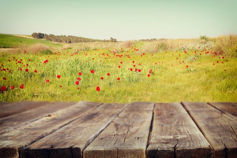 Drewno deski stół przed lato krajobrazem pole z dużo kwitnie Tło zamazuje obrazy stock