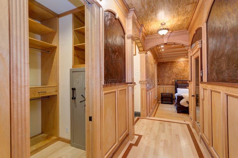 Drewno kasetonowy korytarz, dworu korytarz zdjęcia stock