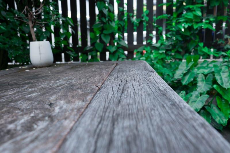 Drewno stołu przestrzeni zieleni liście dla relaksują obrazy stock
