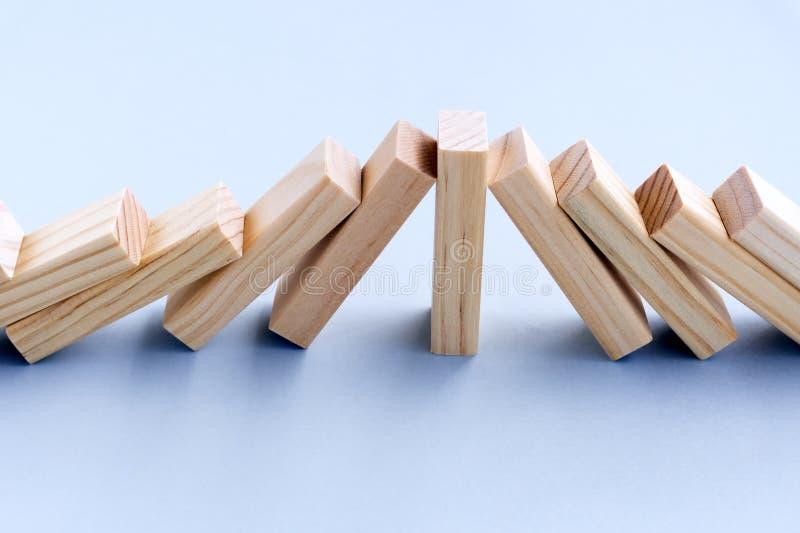 Drewno zabawki bloku przerwy domina skutek obraz stock