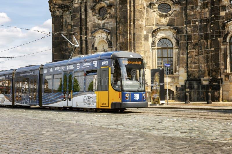 Drezde?ski, Niemcy, 05/10/2017 Autobusowy kursowanie w starym miasteczku zdjęcie stock
